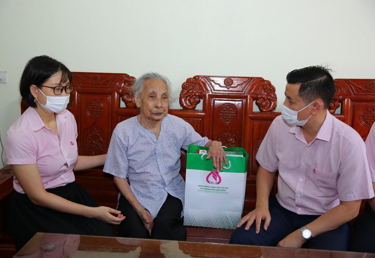 Ngân hàng CSXH Ninh Bình thăm tặng quà Mẹ Việt Nam anh hùng